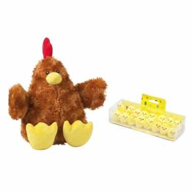 Pluche bruine kippen/hanen knuffel van 23 cm met 16x stuks mini kuikentjes 3,5 cm