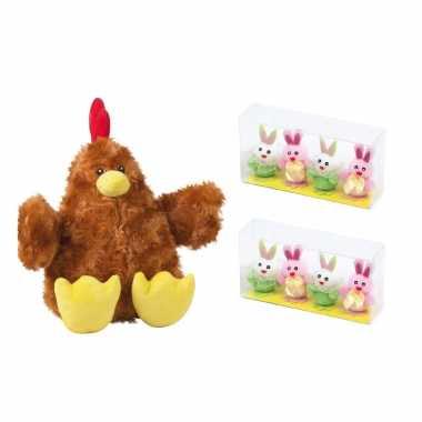 Pluche bruine kippen/hanen knuffel van 23 cm met 8x stuks mini paashaas kuikentjes 3,5 cm